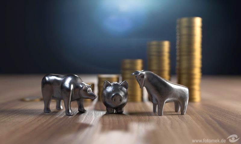 Sparschwein mit Stier und Bär und Geldmünzen-2